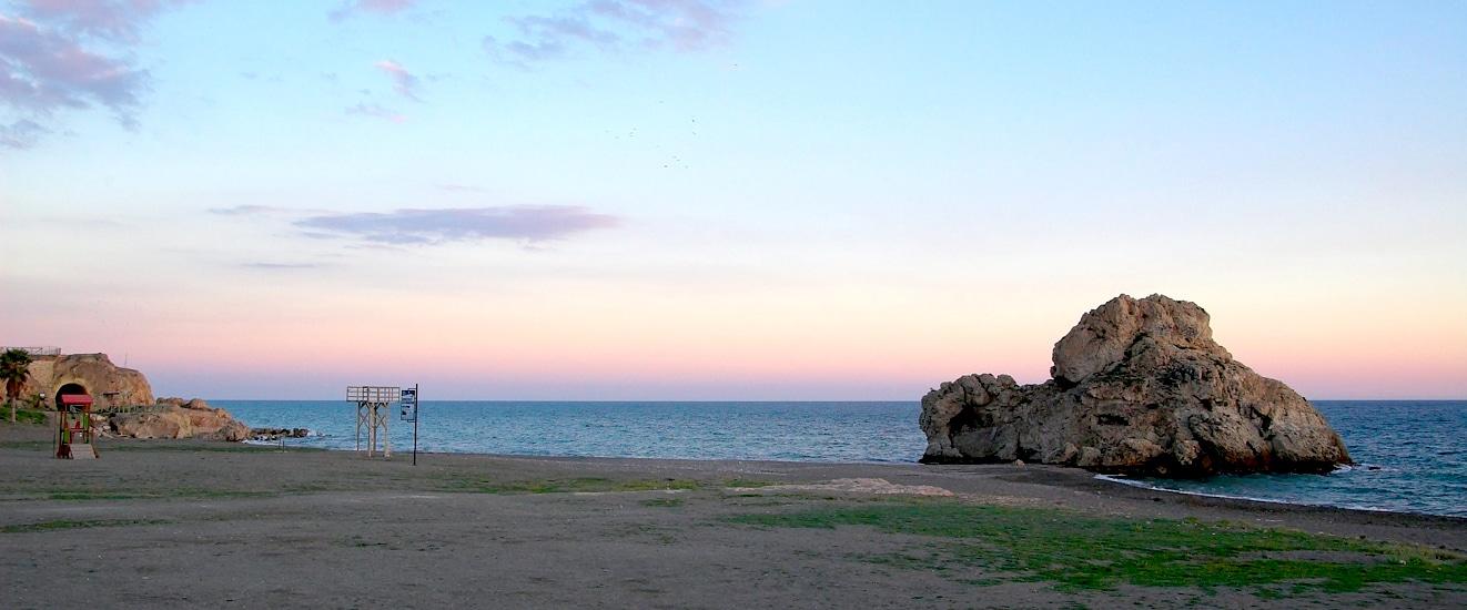 playa peñón del cuervo malaga